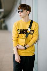 邓伦启程米兰时装周 亮黄毛衣配撞色鞋活力十足