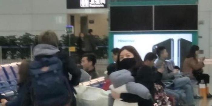 陈妍希抱孩子回家看望公婆