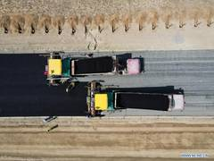 Construction of first cross-desert expressway in Xinjiang proceeds smoothly