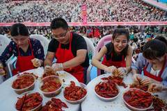 Massive crayfish banquet held in Xuyi, east China's Jiangsu