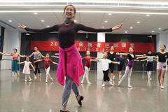 More than 80 ballet lovers participate in free ballet course in Shanghai