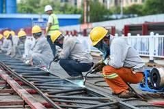 City-builders stick to posts amid heat wave in Nanjing, China's Jiangsu