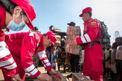 Chinese rescuers donate supplies to cyclone victims in central Mozambique