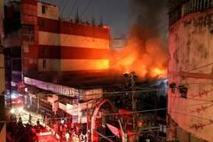 Massive fire breaks out in market in Dhaka , Bangladesh