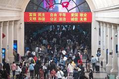 Hankou Railway Station sees peak of return passengers as holiday ends