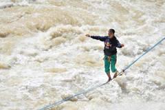Chinese daredevil walks 60-meter slackline between cliffs