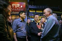Premier Li visits Width Alley of Chengdu, talks in English with foreign tourists