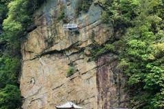 Hunan scenic spot offers dizzying new attraction