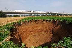 15-meter-deep pit appears near Beijing-Shanghai railway