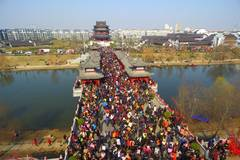 """Widow Bridge"" full of crowds as tradition goes"
