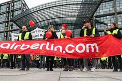Over 1,000 employees of insolvent Air Berlin demonstrate in Berlin