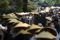 Monks participate in traditional mendicants' walk in Hangzhou
