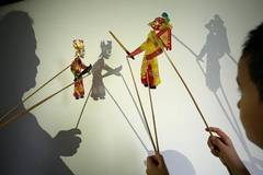 Artist presents traditional shadow puppet plays for free in E China's Shandong