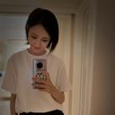 佟麗婭曬自拍照短髮清純 白衣黑裙似高中女生