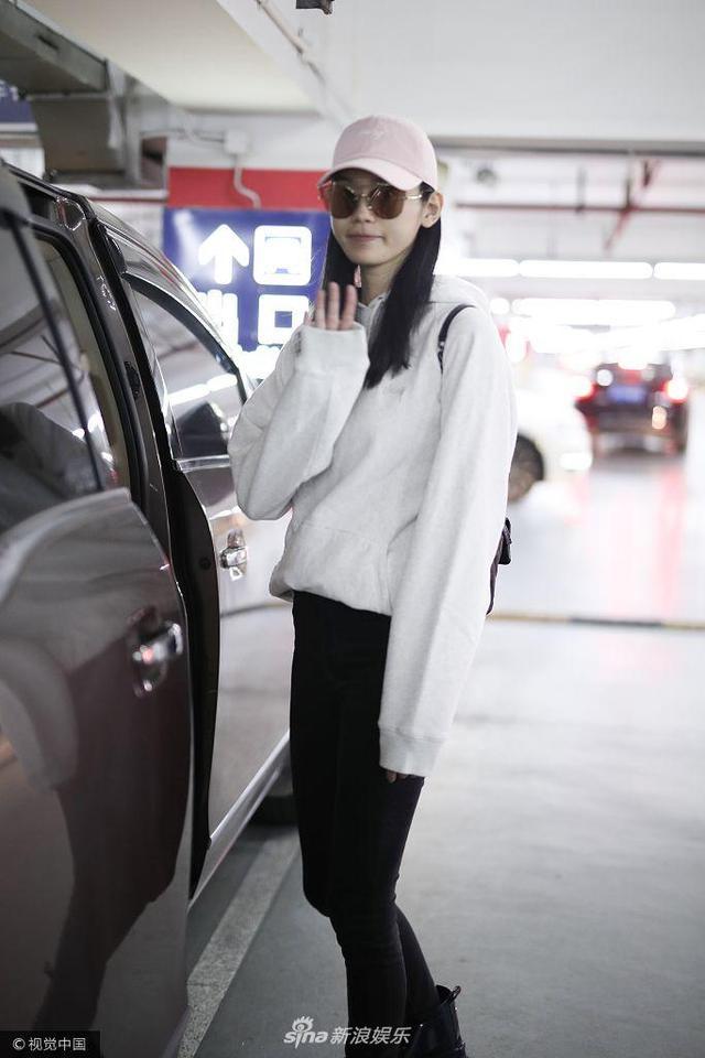 奚梦瑶戴小粉帽超甜美 简约黑白配难掩超模气场_手机