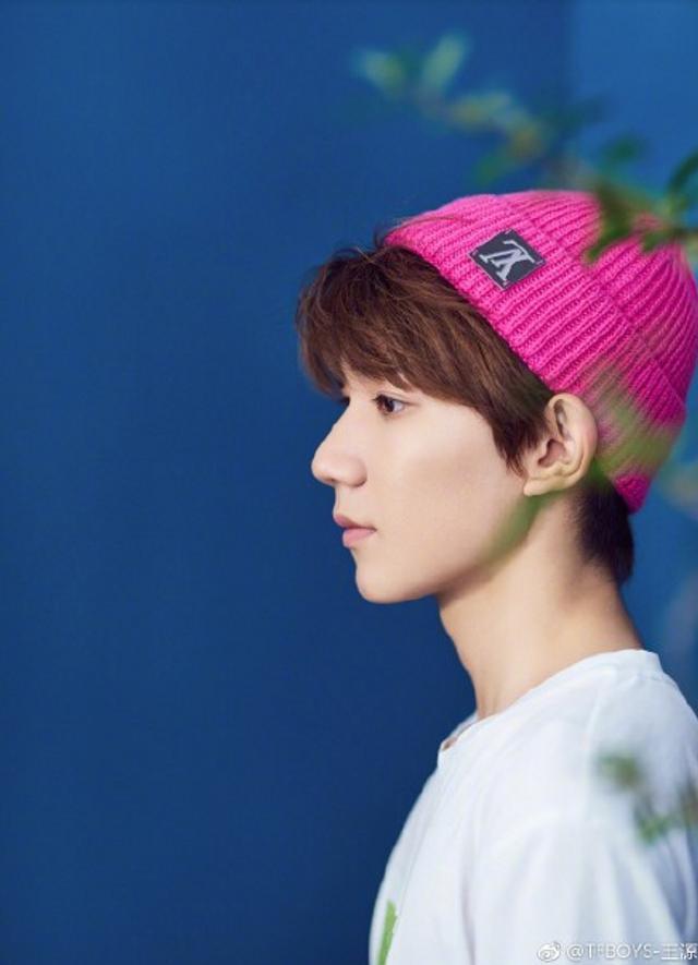 王源戴小红帽拍写真尽显青春