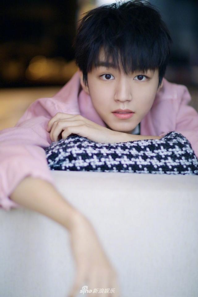 王俊凯粉色外套超可爱 眼神宠溺温柔