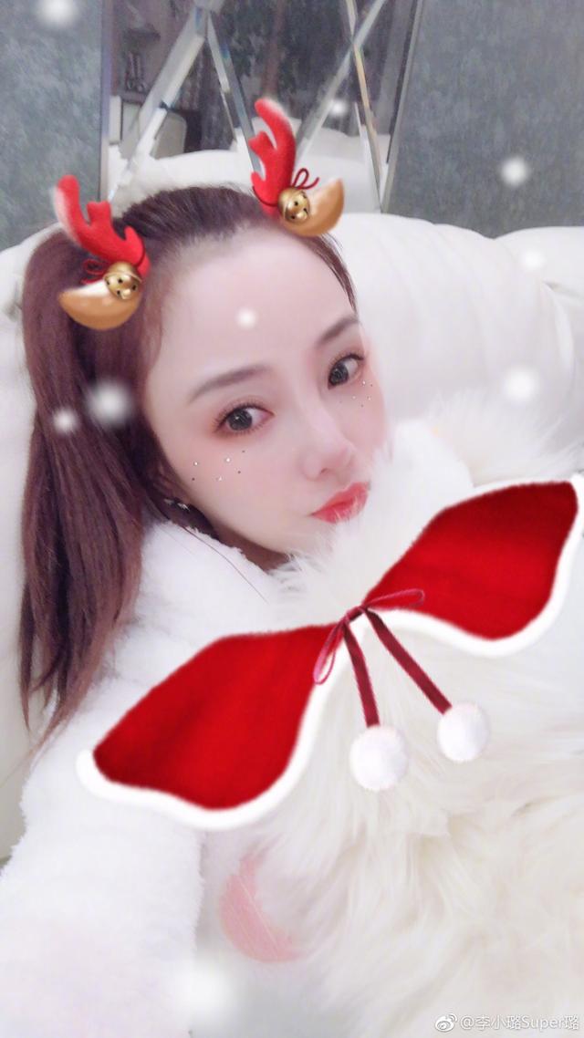 """李小璐与女儿似""""姐妹花"""" 甜馨跪地撒娇超可爱"""
