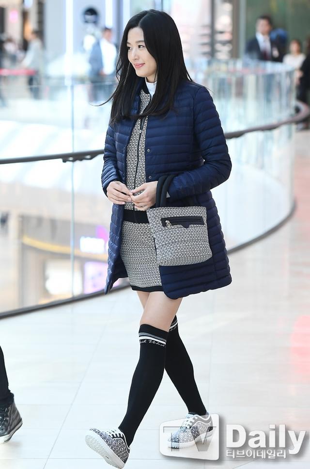 全智贤素颜挺8个月孕肚 与富豪老公甜蜜游香港