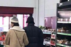 疑似杨洋乔欣挽手逛超市背影被拍 网友扒同款证其身份
