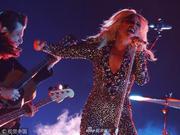 组图:Lady Gaga演唱格莱美获奖单曲 霸气抬腿银发飞扬