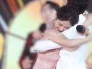 组图:神仙友谊!跨年晚会零点何炅穿越人群拥抱谢娜