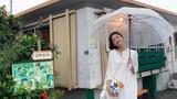 张子萱穿小白裙雨中甜笑俏皮