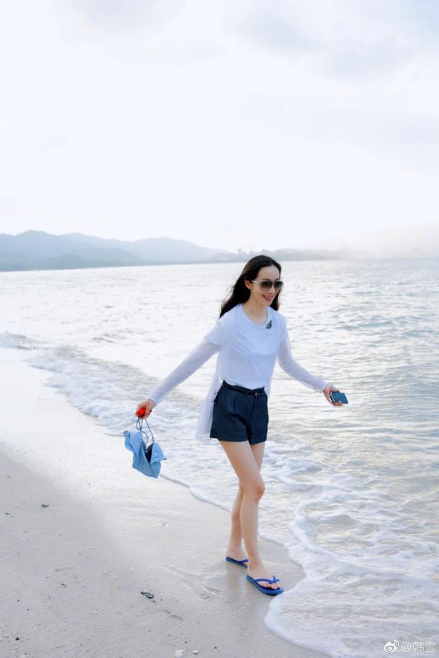 韩雪海边度假拉仇恨 休闲打扮开心得像个孩子