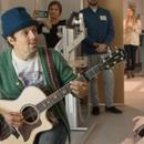 詹森到訪兒童醫院播撒愛心 深情彈奏吉他令人動容