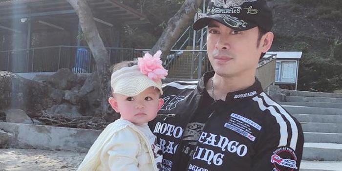 樊少皇用嘴为女儿吸鼻涕 妻子感动:真是亲爸