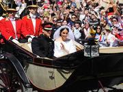 组图:全民欢呼!哈里梅根夫妇仪式礼成乘马车环游小镇