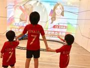 组图:林志颖仨儿子手牵手看世界杯 拿C罗球衣代替法国队战袍