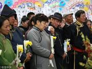 组图:吉祥三宝父亲布仁巴雅尔追悼会举行 妻女养子送别