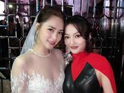 组图:张韶涵避开媒体参加阿娇婚礼 穿红裙合影新娘子超养眼