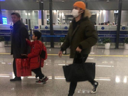 组图:蒋劲夫与父亲坐廉价经济舱回国 出关获家人包围式迎接