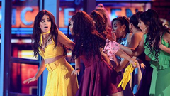 组图:卡妹身穿黄裙献唱格莱美活力俏皮 表演热舞裙摆飞扬