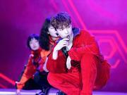 组图:张艺兴一身红衣火热调皮 动感唱跳展现舞台魅力