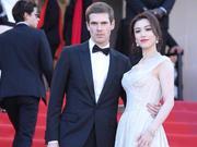 组图:刘翔前妻牵外国帅哥走红毯 穿白色深V长裙身材傲人