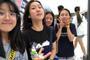 组图:贾静雯大女儿和同学游玩迪士尼 自拍不用美颜自信满满