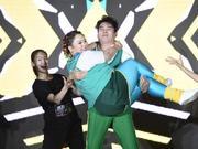 组图:艾伦穿蓝绿健身服跳解压舞蹈 抱金春花表情扭曲