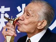 组图:96岁上影节影帝常枫精神好 拄拐被搀扶秀奖杯