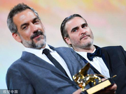 组图:《小丑》夺威尼斯最佳影片 导演捧杯赞菲尼克斯无可比拟