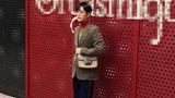 肖战红绿撞色毛衣亮相时装周