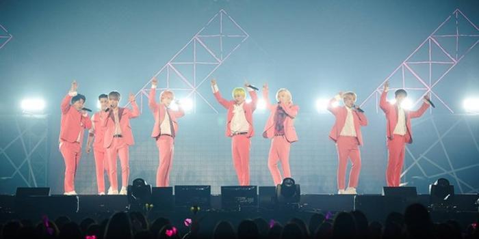 SJ演唱会为东海庆生 银赫替其抹奶油:我们交往了