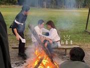 组图:网曝林志玲与老公青岛拍摄婚纱照 篝火旁甜蜜对视好恩爱