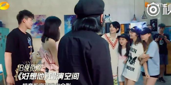 媽媽幫著去追星 王菲帶小女兒李嫣找婁藝瀟合影