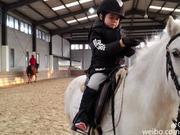 安吉变白马王子 骑白马身手矫健动作熟练