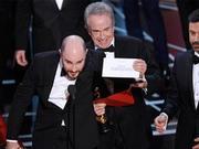 奥斯卡最佳颁错再引八卦 曝颁奖人曾争吵由谁公布