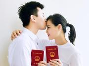 组图:吴敏霞张效诚领证结婚!亲吻额头甜蜜十足