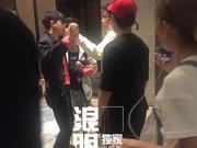 组图:张杰俞灏明后台相遇激动相拥 庆祝好兄弟喜成准爸